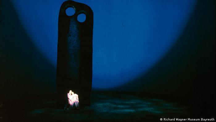 Szene aus Wieland Wagners Inszenierung von Tristan und Isolde (1962) (Richard Wagner Museum Bayreuth)