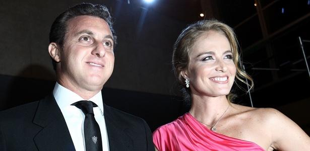 O casal Luciano Huck e Angélica chegam à premiação em São Paulo na noite desta quarta-feira (15/12/2010)