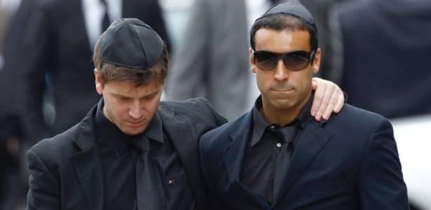 """Daniel Zukerman, o Impostor do """"Pânico na TV"""", e André Machado, produtor do programa, foram fotografados no funeral da cantora Amy Winehouse em Londres (26/7/11)"""
