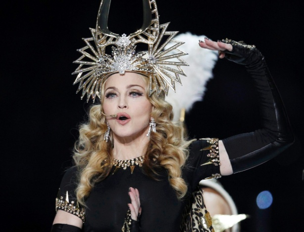 Madonna se apresenta durante show no intervalo do Super Bowl (5/2/12)