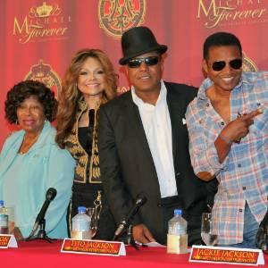 """Da esquerda para a direita: a mãe de Michael Jackson, Katherine; a irmã La Toya; e os músicos Tito, Jackie e Marlom Jackson em coletiva de imprensa para promover o tributo """"Michael Forever"""" (25/7/2011)"""
