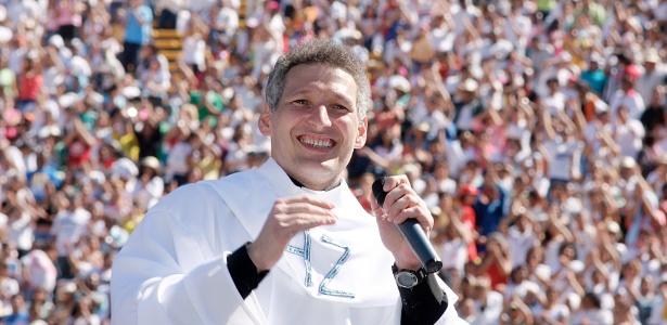 Padre Marcelo Rossi durante apresentação no estádio do Morumbi (21/4/2006)