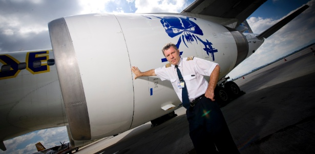 O vocalista do Iron Maiden, Bruce Dickinson, em frente ao Boeing 757 da banda, o Ed Force One