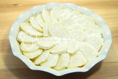 Смазать сметаной картофель.