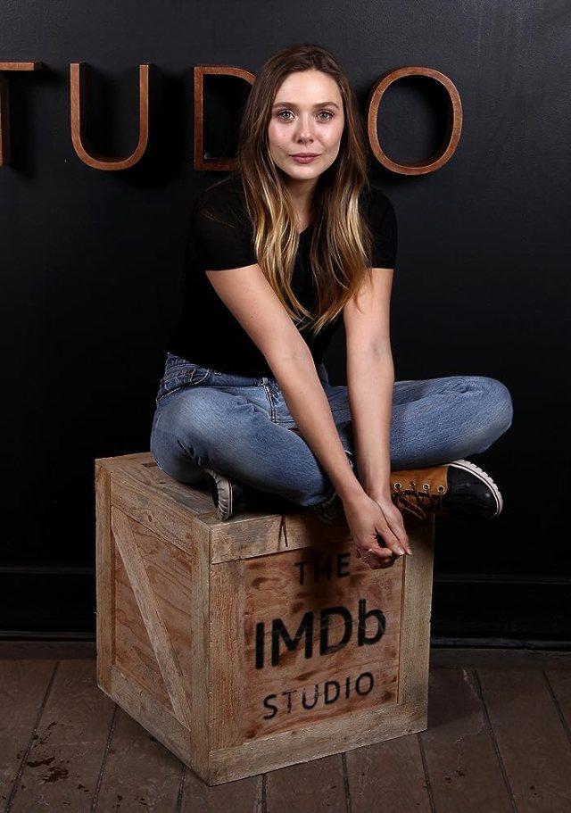 木箱に座るエリザベス・オルセン