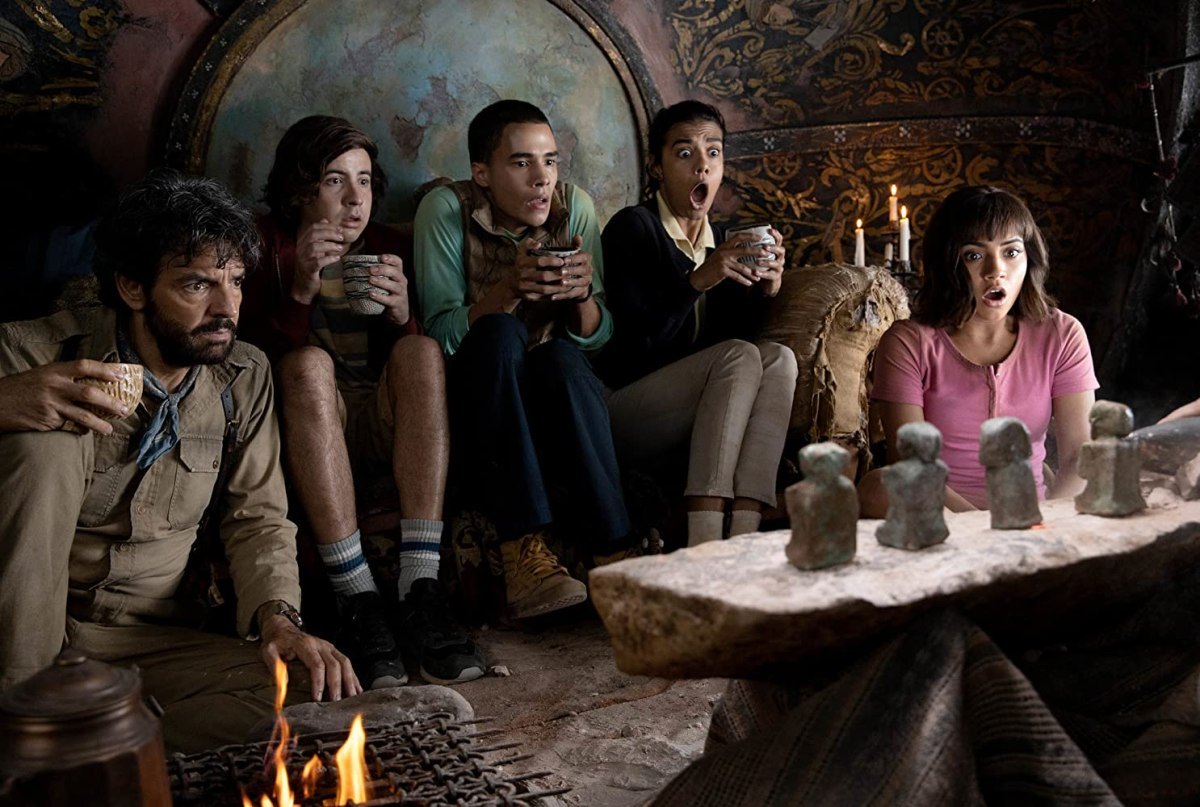Eugenio Derbez, Nicholas Coombe, Isabela Moner, Madeleine Madden, dan Jeff Wahlberg di film Dora and the Lost City of Gold indonesia
