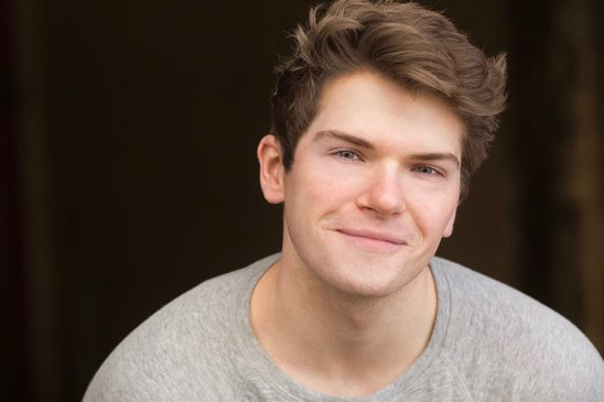 Colton Ryan, qui a déjà joué le rôle de Conor sur scène, l'interprètera à l'écran.