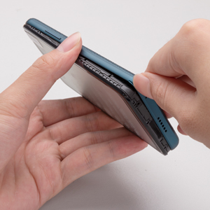 Strappare la pellicola della batteria 2