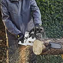 Kezelő műszaki ruházattal, miközben fát vág az Alpina láncfűrésszel