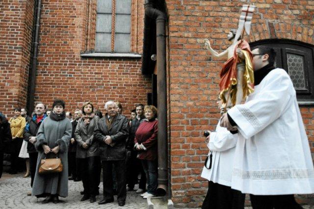 Kościół bliski czy daleki - jakiego oczekują polscy wierni?