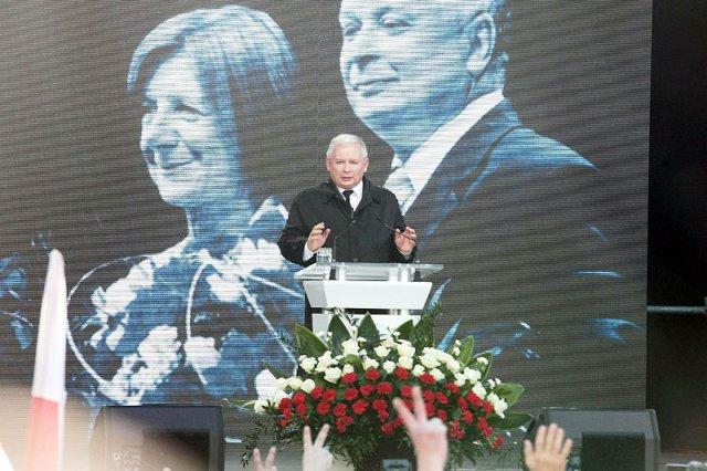 Były premier, prezes PiS Jarosław Kaczyński w piątą rocznicę katastrofy smoleńskiej przemawiał pod Pałacem Prezydenckim w Warszawie.