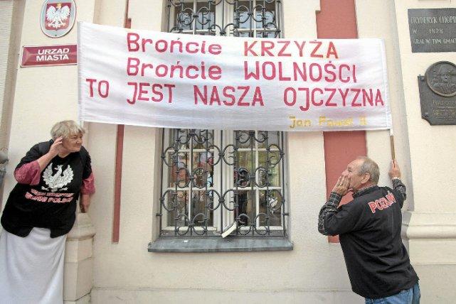 Przed Urzędem Miasta, protest w obronie pomnika Chrystusa