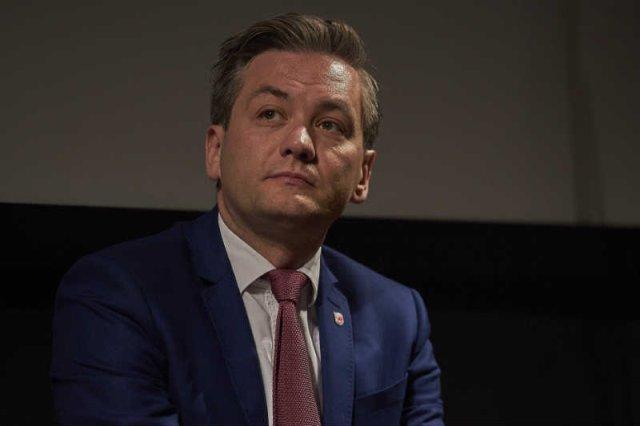 Robert Biedroń krytykuje polityków za straszenie uchodźcami.