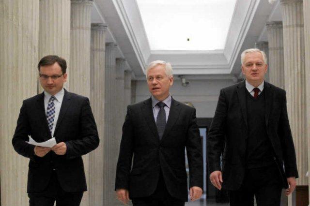 """Zjednoczona Prawica chce karać więzieniem za używanie zwrotu """"polskie obozy zagłady""""."""