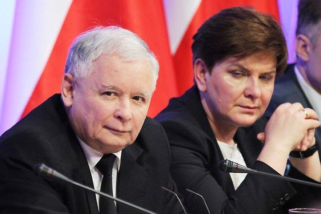 """""""Newsweek"""" ujawnia, że Jarosław Kaczyński i Beata Szydło wiele państwowych posad rozdali rodzinie i znajomym."""