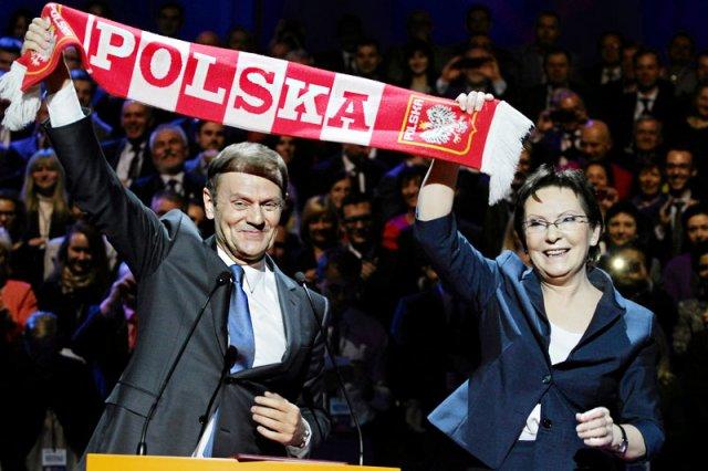 """Najnowsze sondaże wskazują, że jesienią premier Ewa Kopacz znowu będzie miała okazję wznieść w górę """"zwycięski szalik"""" odziedziczony po Donaldzie Tusku."""