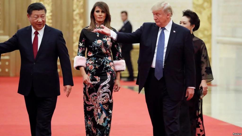 美国总统唐纳德·川普和夫人, 中共国家主席习近平和夫人抵达北京人民大会堂参加国宴(2017年11月9日)。