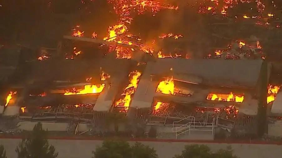 Un violent incendie ravage l'entrepôt d'un sous-traitant d'Amazon en Californie