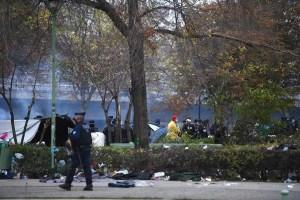 France: évacuation d'un important campement de migrants au pied du Stade de France