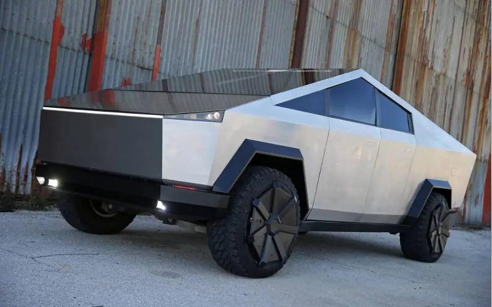 Un Ford F-150 transformé en réplique du Cybertruck