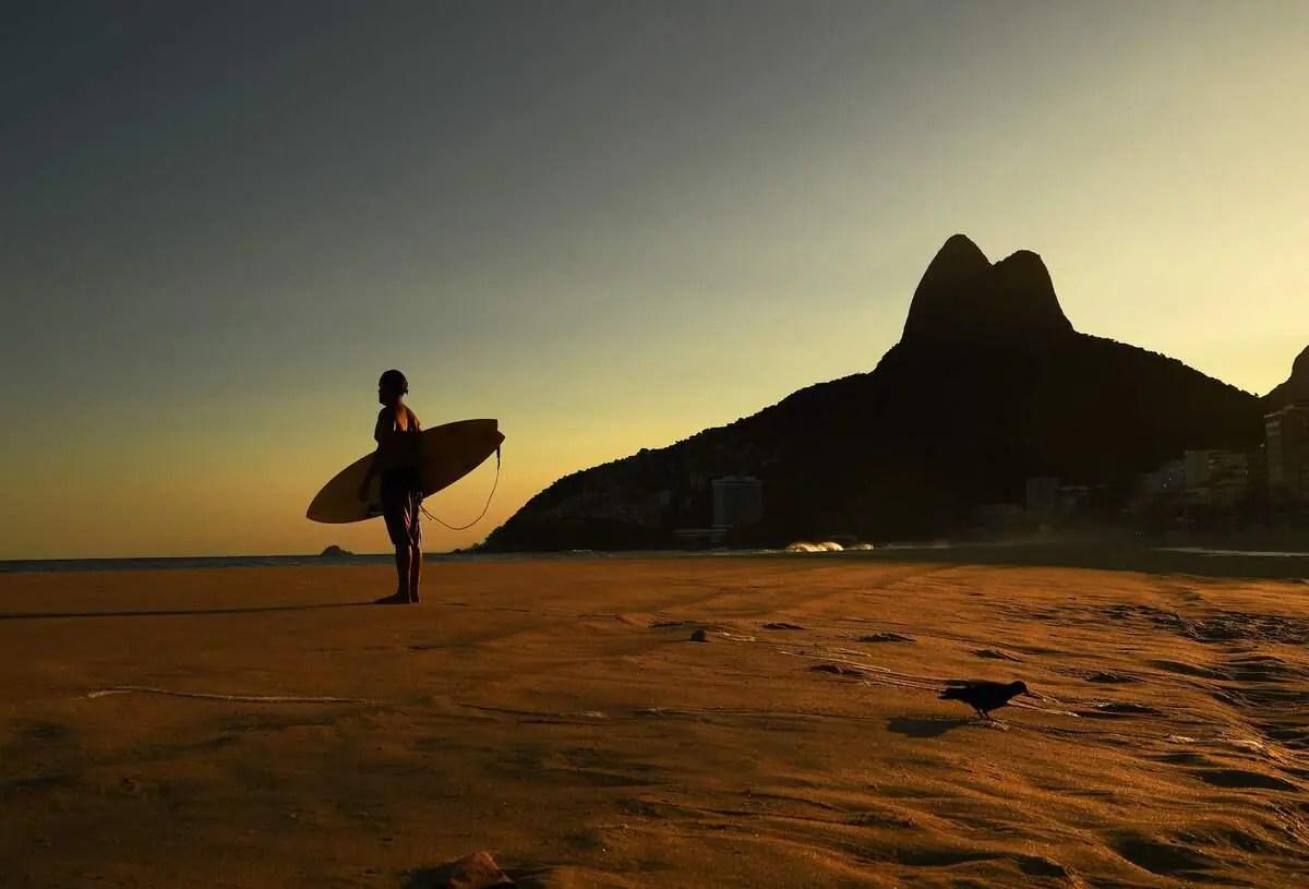 Brésil: Retour à la plage à Rio, dans un déconfinement à risque