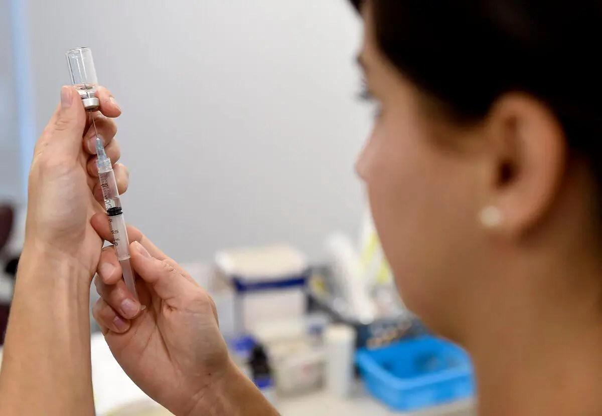 COVID-19: deux doses de vaccins pourraient être requises pour voyager