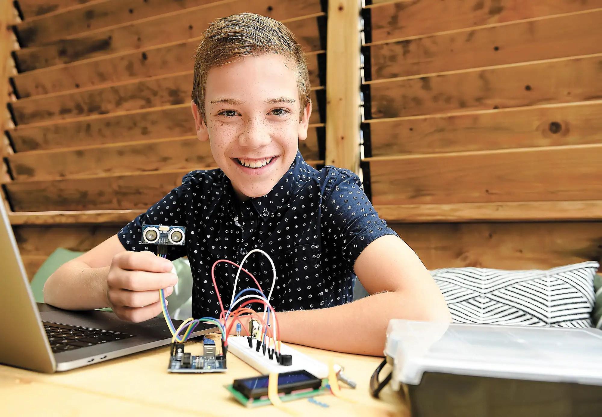 [PHOTOS] À 11 ans, il invente un dispositif pour chronométrer le lavage des mains