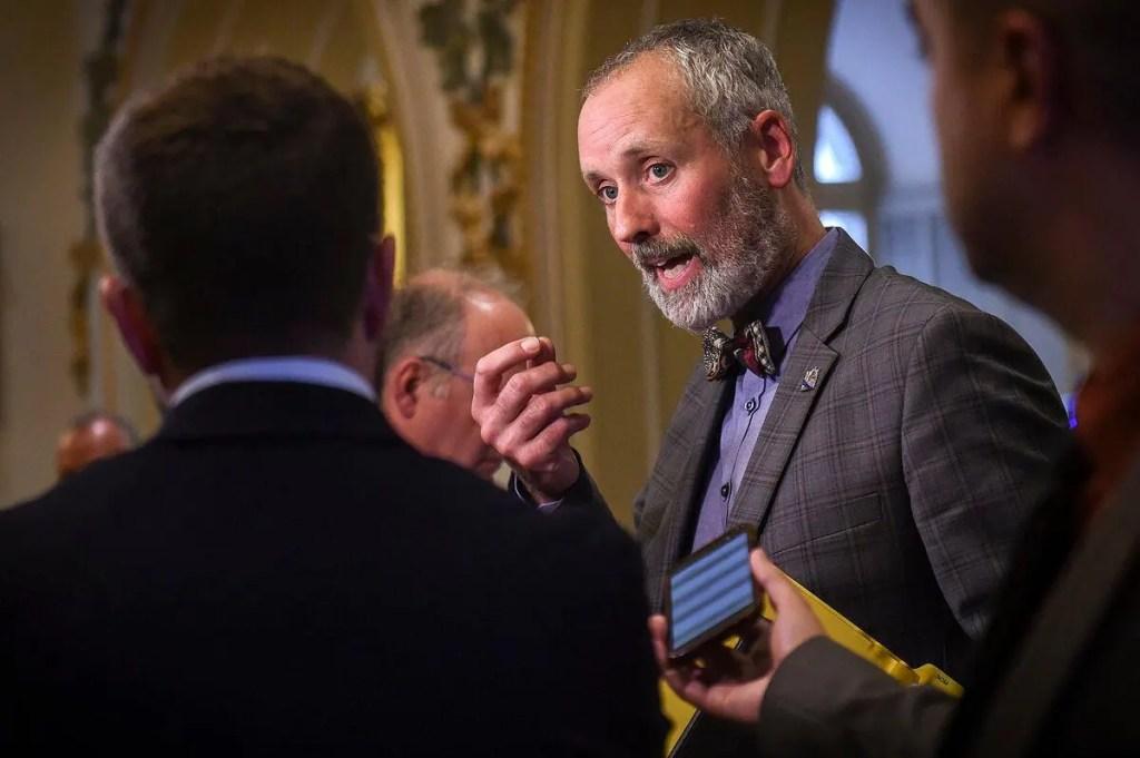 COVID-19: Québec solidaire demande un gel des frais et intérêts bancaires