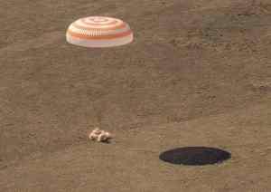 IMAGES | Retour sur terre de deux cosmonautes russes et une astronaute américaine
