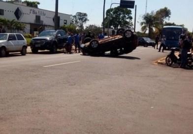 Motorista perde controle de carro, capota e atinge outros dois estacionados em avenida