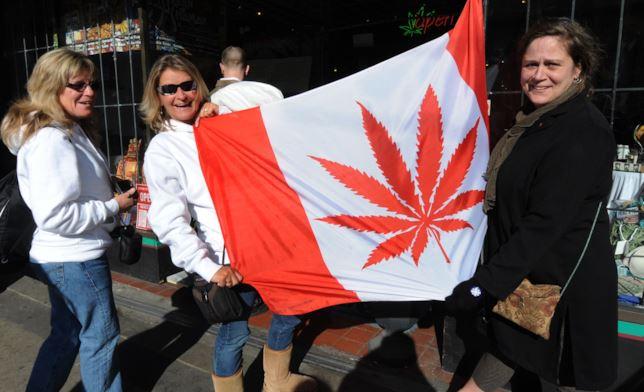 Alcune persone manifestano a favore della legalizzazione della cannabis in Canada