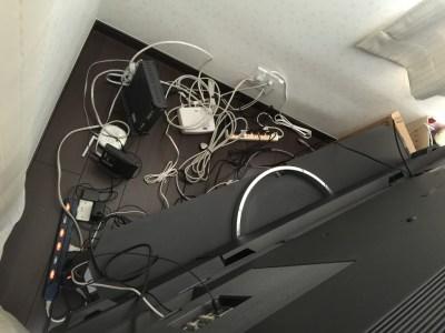 テレビの裏のデットスペースを利用して、スッキリお片付け!「テレビ裏収納ラック ブラック」