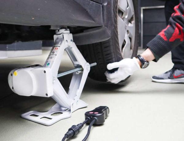 タイヤ交換の悩み解決! 「シガーソケット電動ジャッキ」で 楽々、車のタイヤ交換