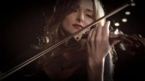 Un des membres de Circus, la chanteuse et violoniste Karen Brunon