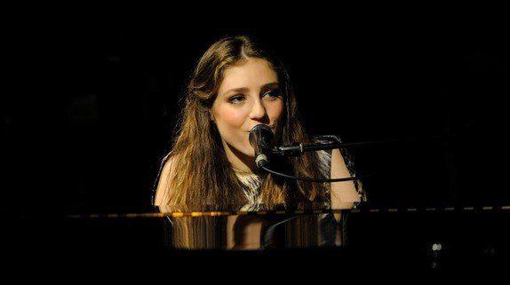 la jeune Birdy au piano lors d'un concert