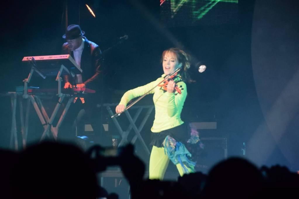 La violoniste de talent américaine Lindsey Stirling fait son show en concert