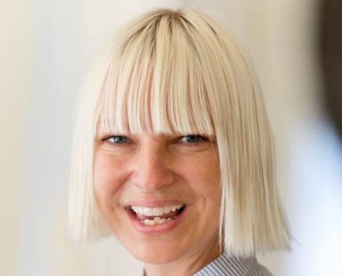 la chanteuse Sia et sa coupe reconnaissable entre toute