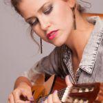 L'artiste israélienne mika harry en train de jouer de la guitare