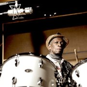Tony Allen à la batterie pour la sortie de son album The Source