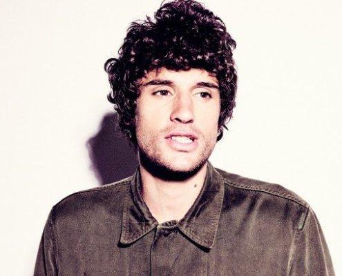 L'artiste Romain Pinsolle lors de la sortie de son premier album éponyme