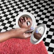 Cécile McLorin Savant en reflet dans son miroir