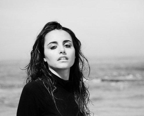 portrait en noir et blanc de l'artiste Emma Beatson à la plage