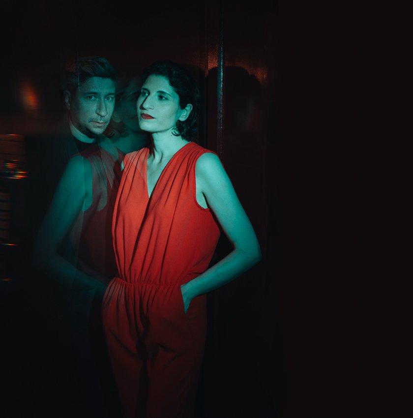 Portrait de Emma Solal avec Nicolas Vidal apparaissant en reflet