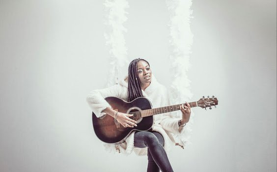 """L'artiste Meylo joue de la guitare pour la promotion de son titre """"Lila"""""""
