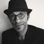 portrait en noir et blanc de Manu Katché réalisé par Arno Lam