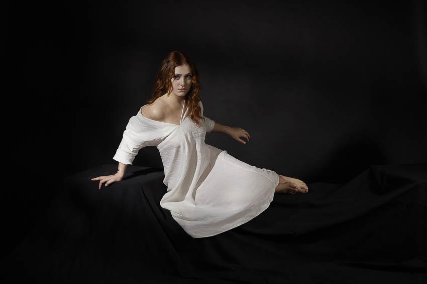 portrait de Seemone avec une robe blanche
