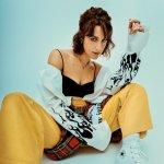 Portrait de l'artiste canadienne Marie-Gold assise en tailleur