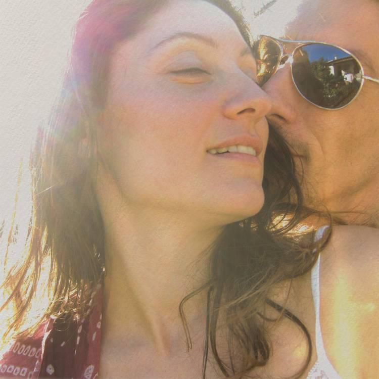 Thomas Cousin donne un baisé sur la joue d'une femme