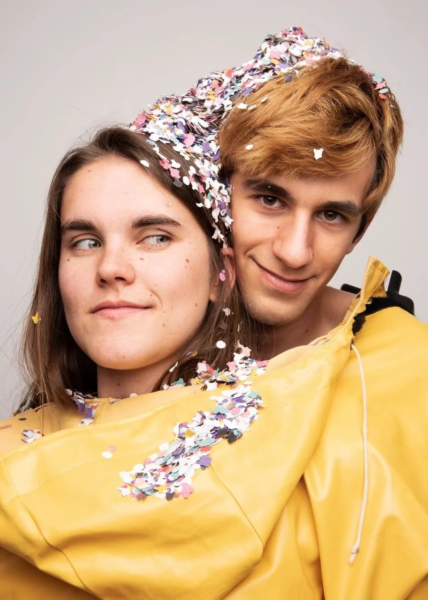 Le duo Coline & Toitoine ensemble dans un costume jaune