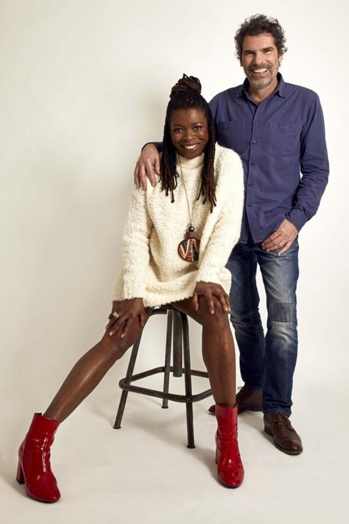 portrait sur fond gris du duo Didier Sustrac et Princess Erika